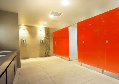 Benefits of Using Glass Cubicles within Commercial Washrooms